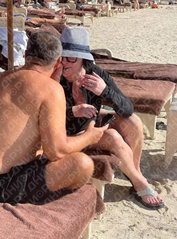 Разведенную Лолиту засняли во время нежностей с мужчиной на пляже