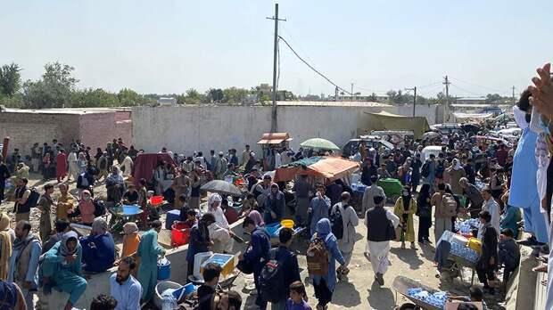 Толпа афганцев около аэропорта Кабула