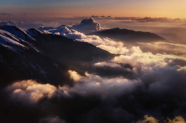 Где последние лучи уходящего солнца золотят небесный прибой.