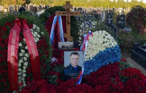Близкие простились с режиссером, погибшим вместе с главой МЧС Евгением Зиничевым