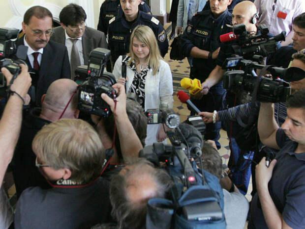 наташа кампуш в окружении журналистов