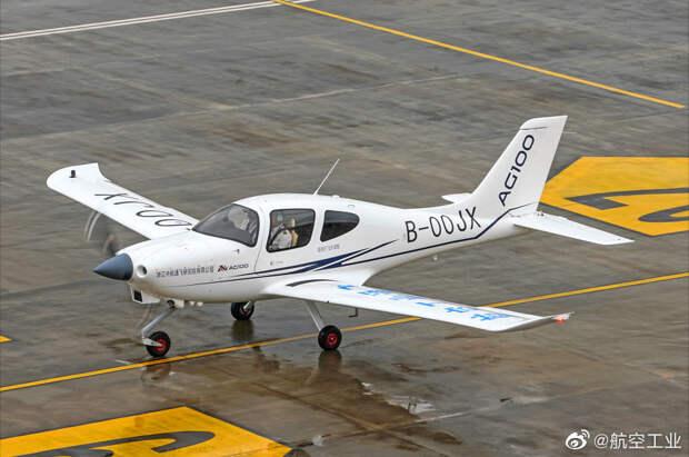 Новейший учебный самолет AG100 успешно осуществил свой первый полет в Китае