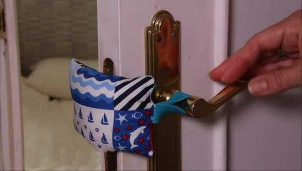 Простое приспособление, чтобы двери не хлопали от сквозняков и никто не прищемил палец