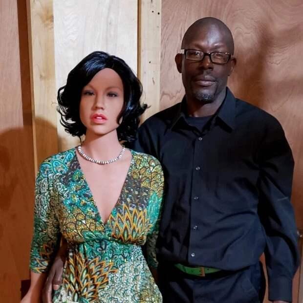 Третий — не лишний: супруги утверждают, что секс-кукла спасла их полигамный брак