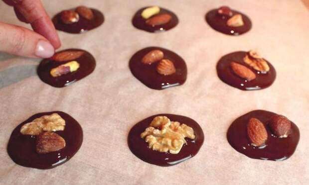 Десерт за 10 минут. Просто растопили шоколад и добавили внутрь орехи