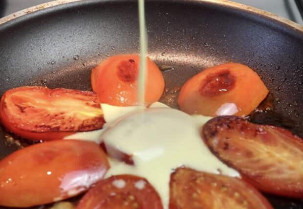 Блины с помидорами: режем томаты и заливаем тестом