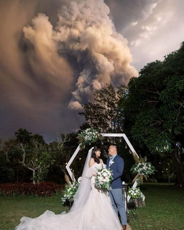30 фото, показывающие всю мощь вулкана, который проснулся на Филиппинах