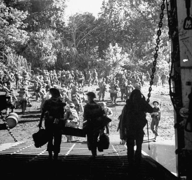 Солдаты 9-й австралийской пехотной дивизии высаживаются в Лаэ из американского десантного корабля типа LST Источник: time.com - «Адский остров»: трагедия 18-й японской армии | Военно-исторический портал Warspot.ru