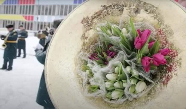 Живой оркестр и море цветов: сотрудники МЧС поздравили россиянок с Международным женским днем
