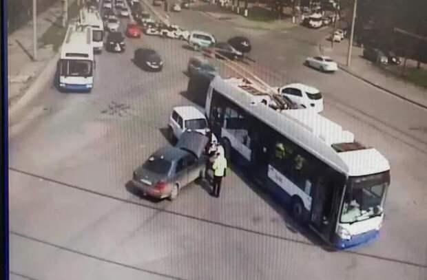 В Кишиневе столкнулись два легковых автомобиля и троллейбус