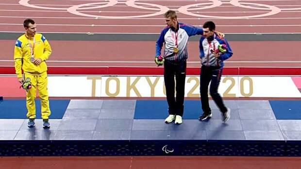 Спорт вне политики? Украинский бегун отказался фотографироваться с российскими паралимпийцами на церемонии награждения в Токио