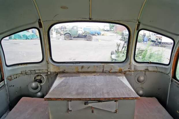 На месте сидений в автобусе размещались многочисленные шкафы и измерительное оборудование. Кое-какие его остатки остались в салоне и сейчас ЗИЛ-158В, авто, автобус, зил, лиаз, олдтаймер, реставрация, рето автобус