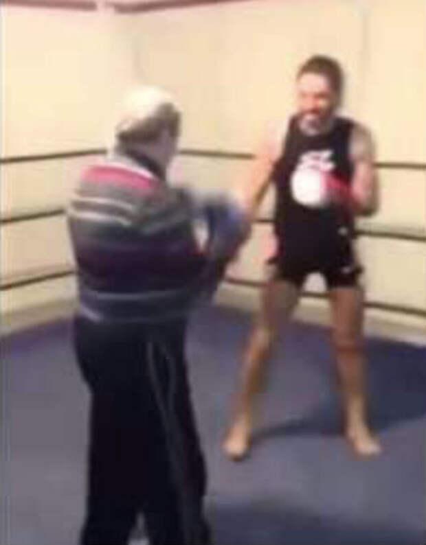 Пенсионер вошел на ринг к боксеру: самоуверенного спортсмена хватило на 15 секунд