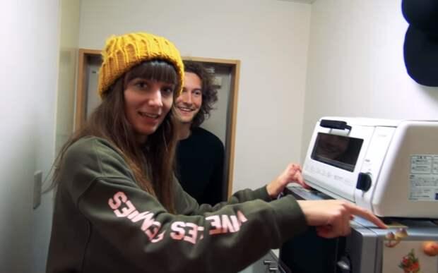 В коридоре удалось разместить микроволновую печь и тостер, что значительно облегчает процесс приготовления пищи. | Фото: youtube.com.