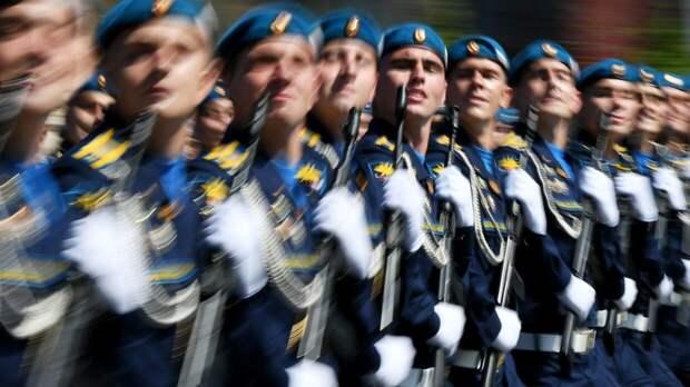 Участник парада Победы в Москве потерял сапог во время марша