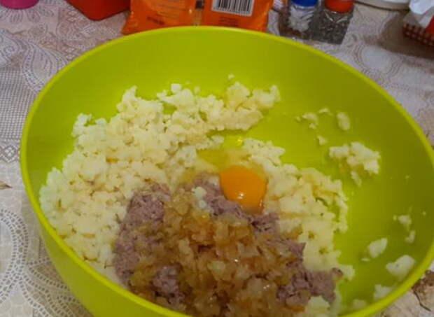 Для фарша соедините картофель, рыбу, яйца и лук.