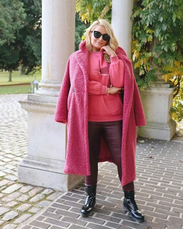 Женщина плюс сайз, которая знает, что надеть, чтобы выглядеть стильно