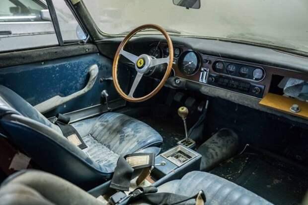В салоне серебристой Ferrari 275 GTB почти 30 лет жили сверчки и мыши. | Фото: hagerty.com.