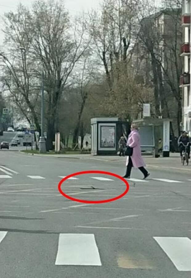 Коммунальщики демонтировали опасный штырь на Лётчика Бабушкина