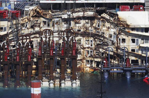 Поврежденная часть круизного лайнера Costa Concordia