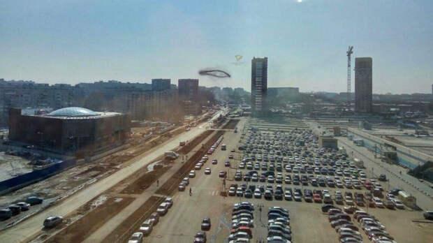 В небе над Новосибирском засняли летающее черное кольцо