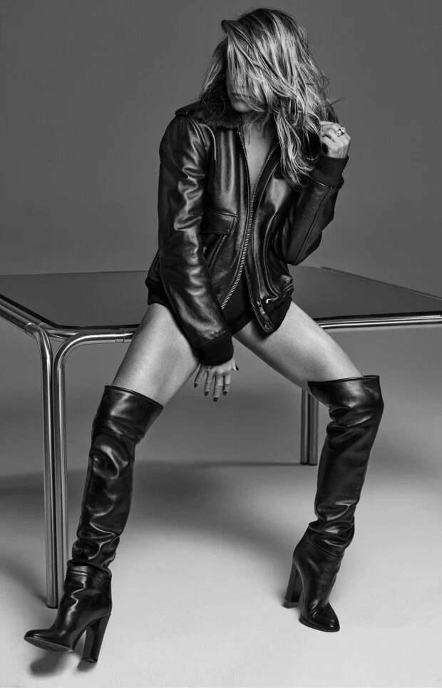 Дженнифер Энистон выглядит потрясающе в новой откровенной фотосессии после объятий с Брэдом Питтом