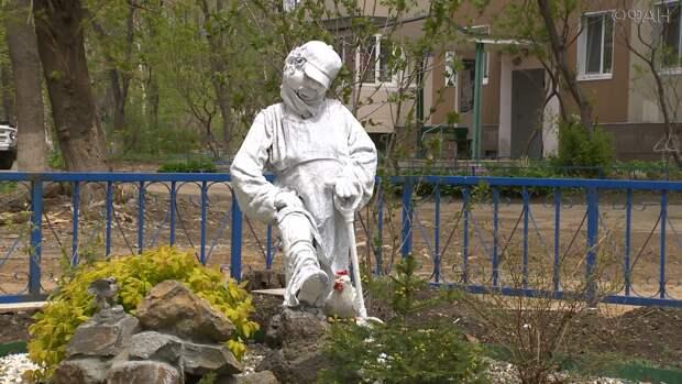 «Страшно красивые»: Скульптуры во дворе дома во Владивостока удивляют жителей
