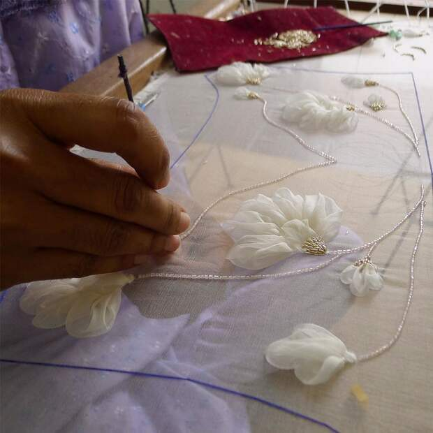 Цветы из ткани в работах дизайнеров и мастеров вышивки, фото № 18