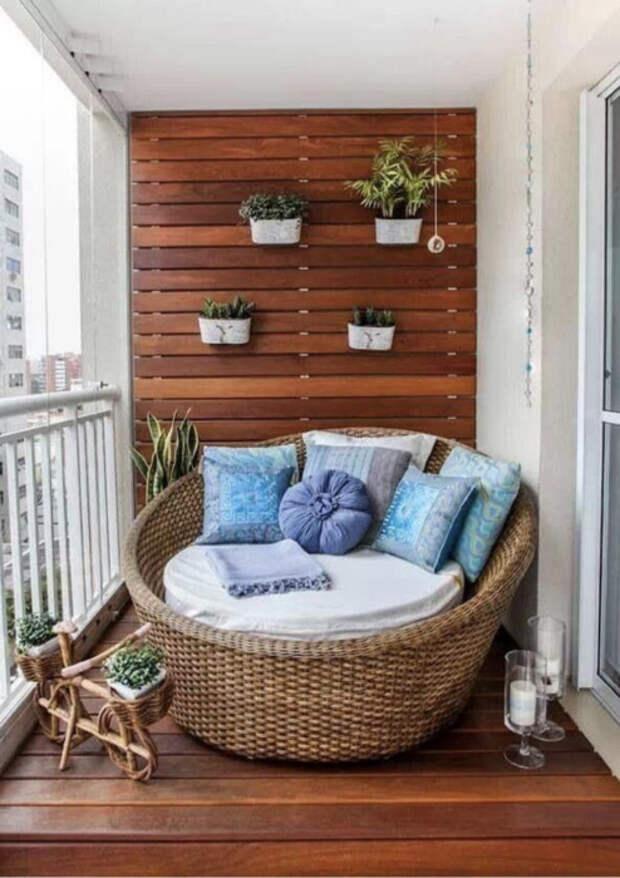 Деревянные панели и диванчик с элементами джутовой веревки смотрятся очень органично. /Фото: s.fenicio.app