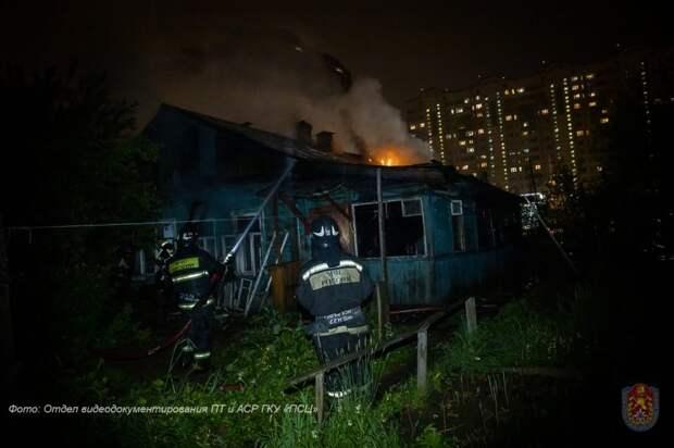 На Новосходненском шоссе сгорел частный дом