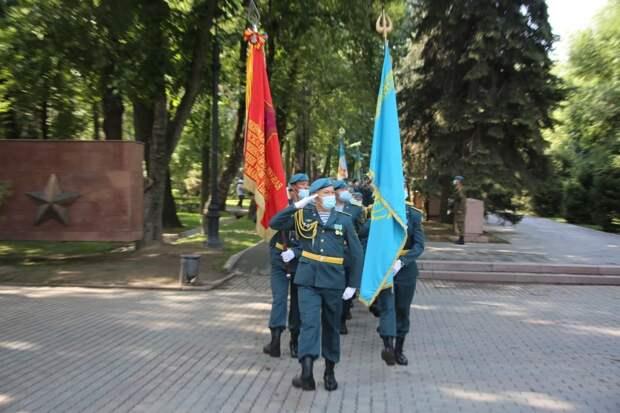 Националисты в Казахстане пытаются стереть имя советского генерала, оборонявшего Москву