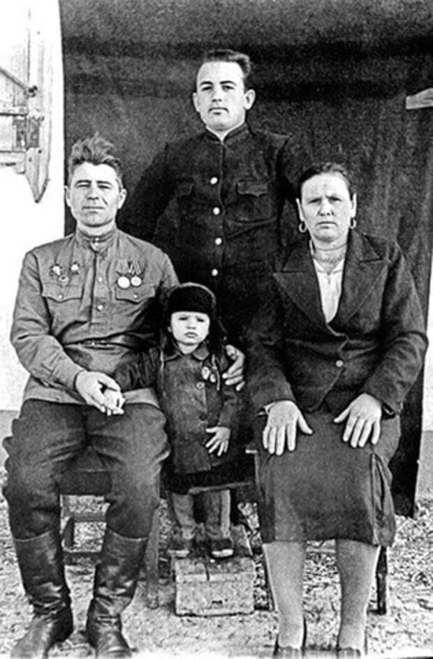 Михаил Горбачев с родителями и младшим братом Сашей