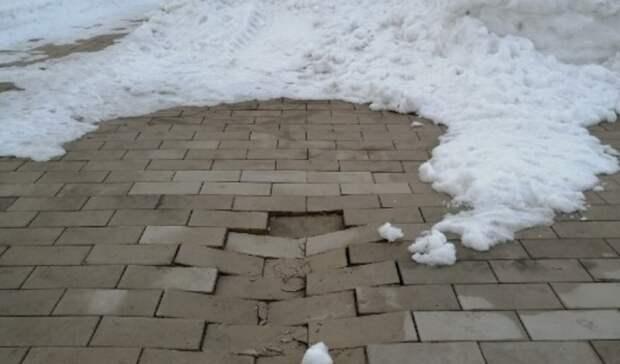 Новая плитка впарке им.Ленина вОренбурге лопнула ипровалилась