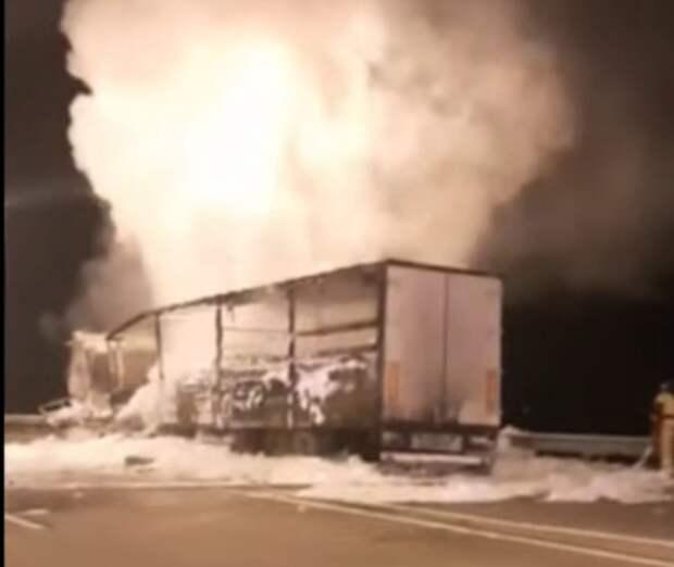 На автоподходах к Крымскому мосту полностью сгорела фура