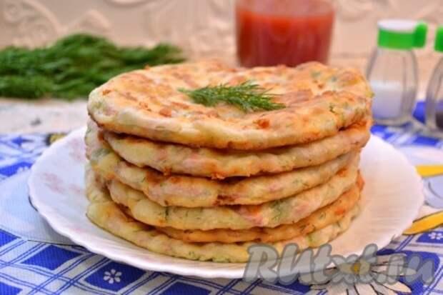 Лепешки с сыром и колбасой на сковороде