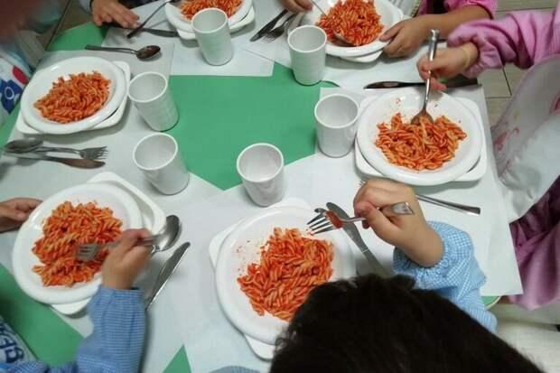 школьная столовая в Италии (фото – andria.gocity.it)