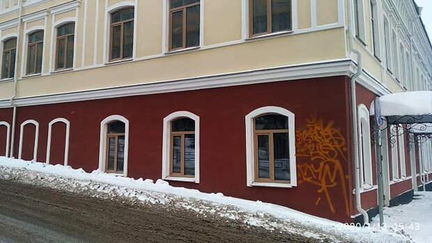 Вандалы разрисовали каракулями купеческий дом в Ижевске