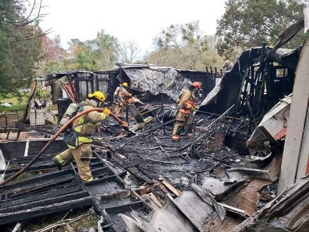Пожарные приехали тушить дом, но внезапно услышали жалобное мяуканье. Внутри жилища находился котёнок