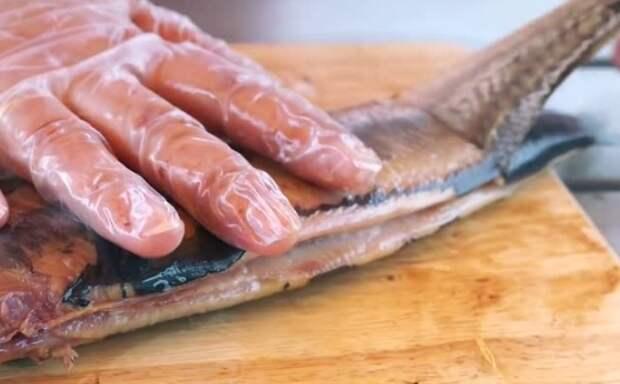 Чтобы руки не пропахлись рыбой, наденьте латексные перчатки / Фото: vdp.mycdn.me