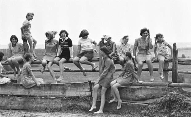 Черно-белое фото girl в советское время.