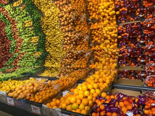 Панорамная витрина фруктов.