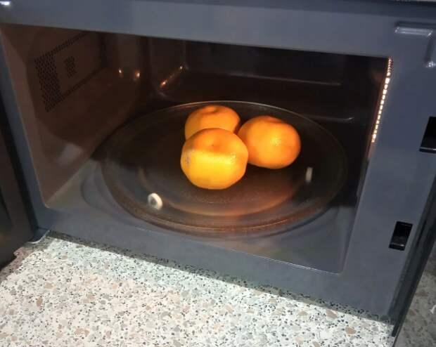Кладем мандарины в микроволновку, и они становятся слаще