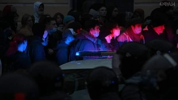 Обмотанного скотчем человека заметили на митинге в Москве