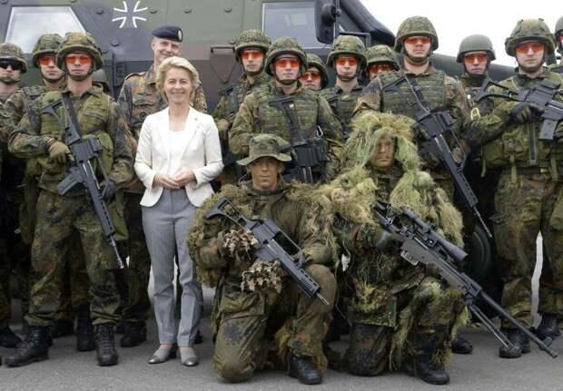 Министр обороны Германии (женщина в белом) Урсула Гертруда фон дер Ляйен