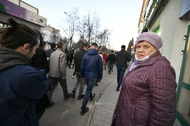 На рынке в Севастополе два школьника спасли бабушку от смерти