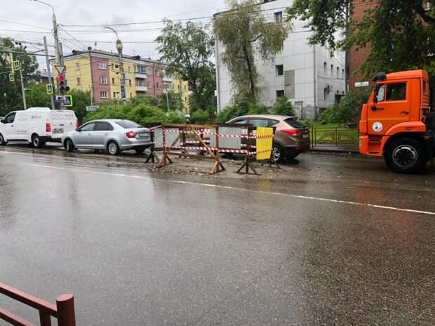 Провалившуюся дорогу восстанавливают на перекрестке улиц Красноярской и Советской в Иркутске