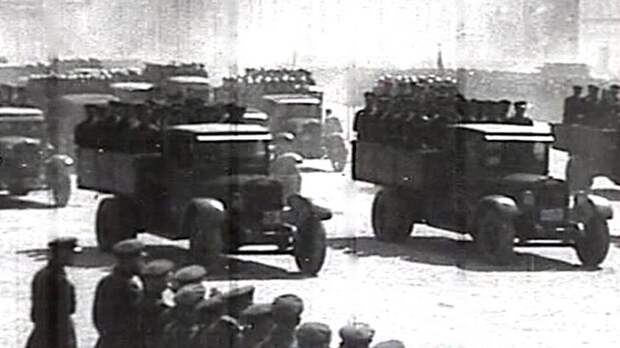 Грузовики АМО-3 на военном параде на Красной площади. 1933 год (кинокадр)