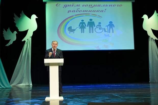 Глава Адыгеи поздравил соцработников с профессиональным праздником