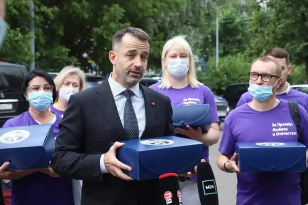 Дмитрий Певцов сдал подписи в избирательную комиссию