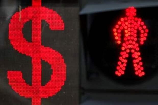Знак доллара рядом со светофором в Москве, Россия, 10 августа 2018 года. REUTERS/Maxim Shemetov